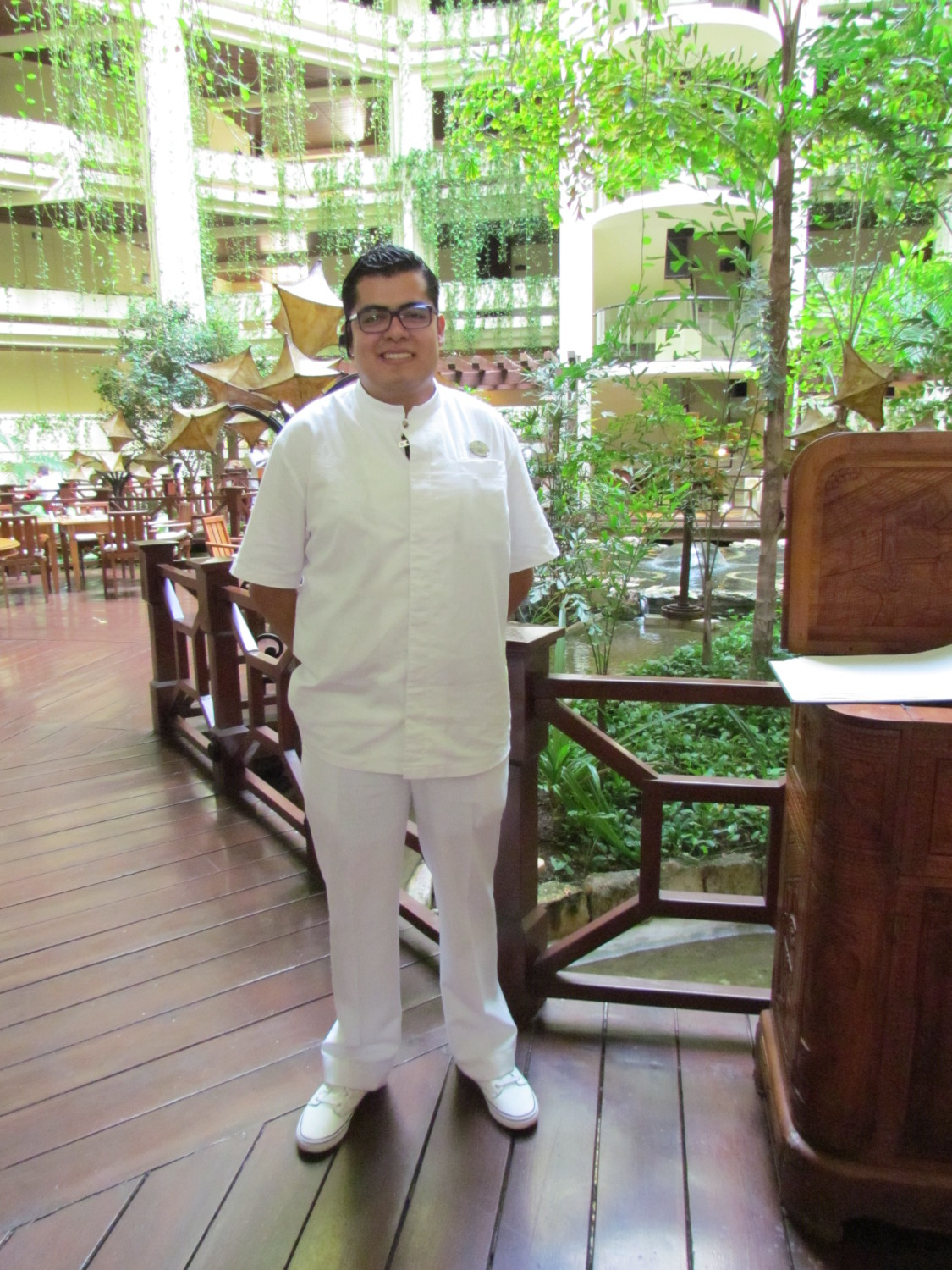 Erik-butler-extraordinare-offers-truly-Royal-Service-at-the-Paradisus-Cancun-Photo-Debra-Smith3-e1440796674145
